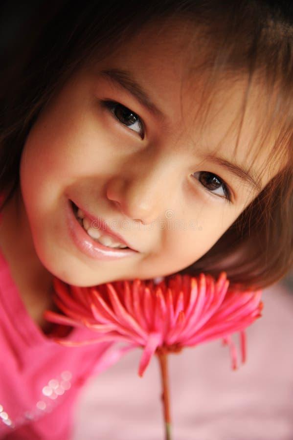 Uma menina com uma flor foto de stock royalty free