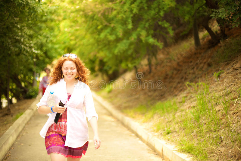 Uma menina de passeio imagens de stock