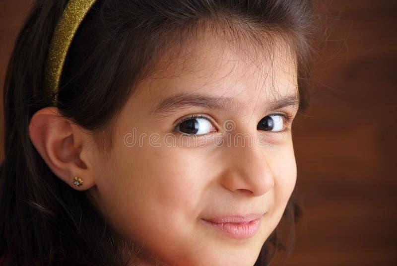 Uma menina de sorriso nova foto de stock