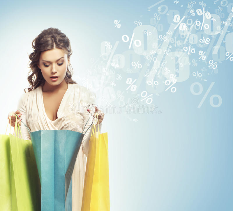 Uma menina do cliente com sacos (discontos e colagem das vendas) fotos de stock