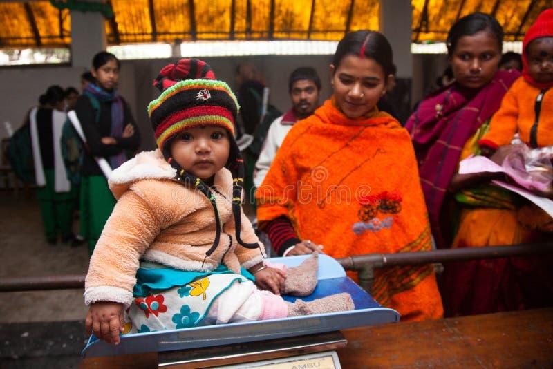 Uma menina doce foi pesada em uma máquina ou em uma escala de peso foto de stock royalty free