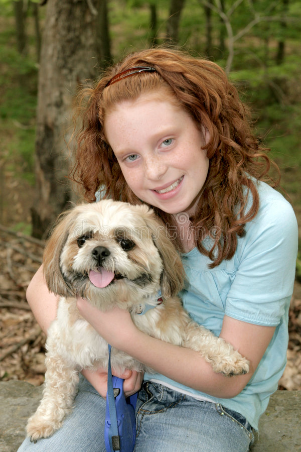 Uma menina e seu cão fotos de stock royalty free