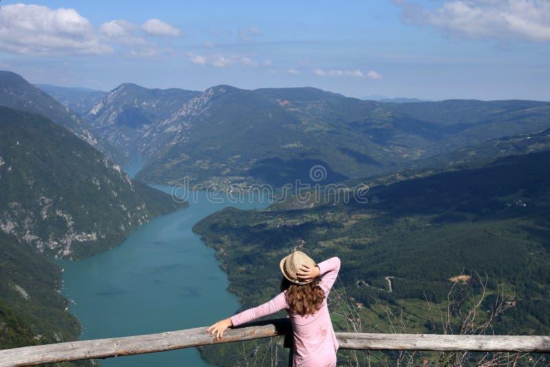 Uma menina em uma montanha fantástica de Banjska Stena Tara do ponto de vista imagens de stock