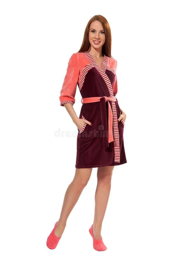 Uma menina em um bathrobe cor-de-rosa foto de stock royalty free