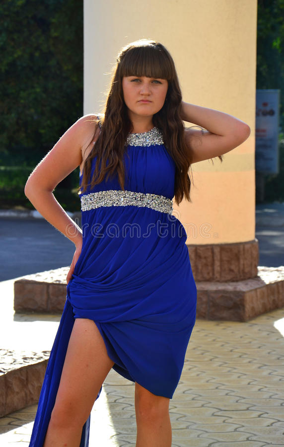 Uma menina em um vestido azul fotografia de stock royalty free