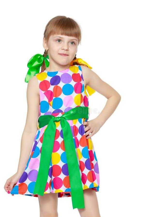 Uma menina em um vestido com um teste padr?o do circl multi-colorido fotografia de stock royalty free