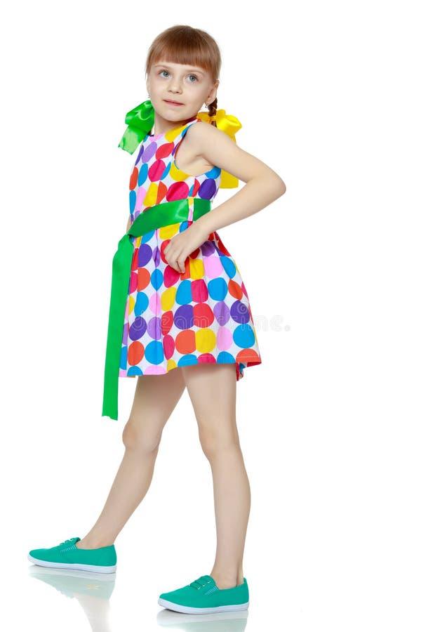 Uma menina em um vestido com um teste padr?o do circl multi-colorido foto de stock royalty free