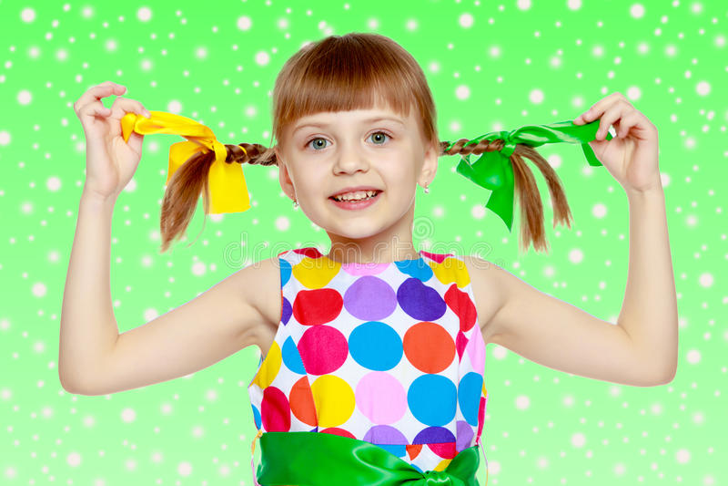 Uma menina em um vestido com um teste padrão do circl multi-colorido fotografia de stock royalty free