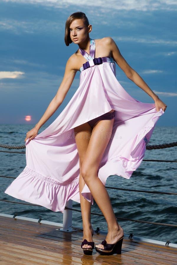Uma menina em um vestido cor-de-rosa foto de stock royalty free