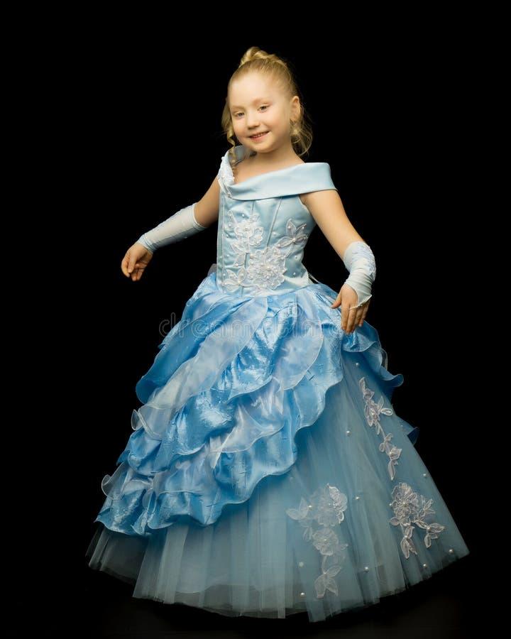 Uma menina em um vestido longo, elegante de uma princesa em um preto fotografia de stock royalty free