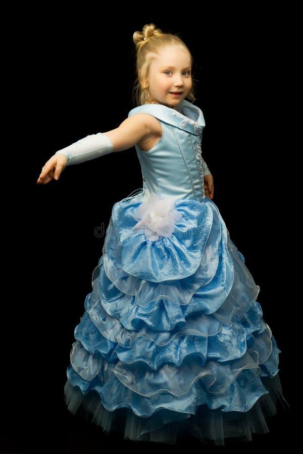 Uma menina em um vestido longo, elegante de uma princesa em um preto imagem de stock royalty free