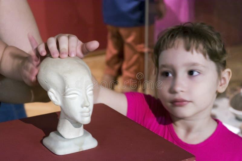 Uma menina em uma exposição egípcia em Szeged, Hungria foto de stock