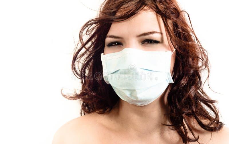 Uma menina em uma máscara protetora imagens de stock
