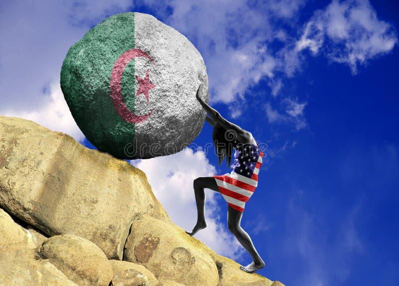 Uma menina envolvida em uma bandeira do Estados Unidos da América, aumenta uma pedra para a parte superior sob a forma de uma sil imagem de stock