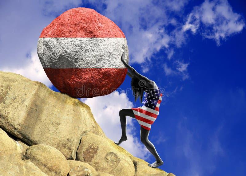 Uma menina envolvida em uma bandeira do Estados Unidos da América, aumenta uma pedra para a parte superior sob a forma da silhuet foto de stock royalty free
