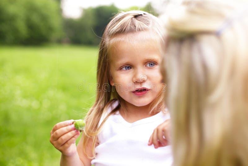 Uma menina está falando com sua matriz fotos de stock