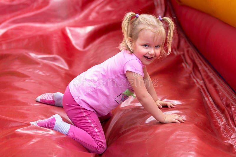 Uma menina está jogando em um parque de diversões imagens de stock