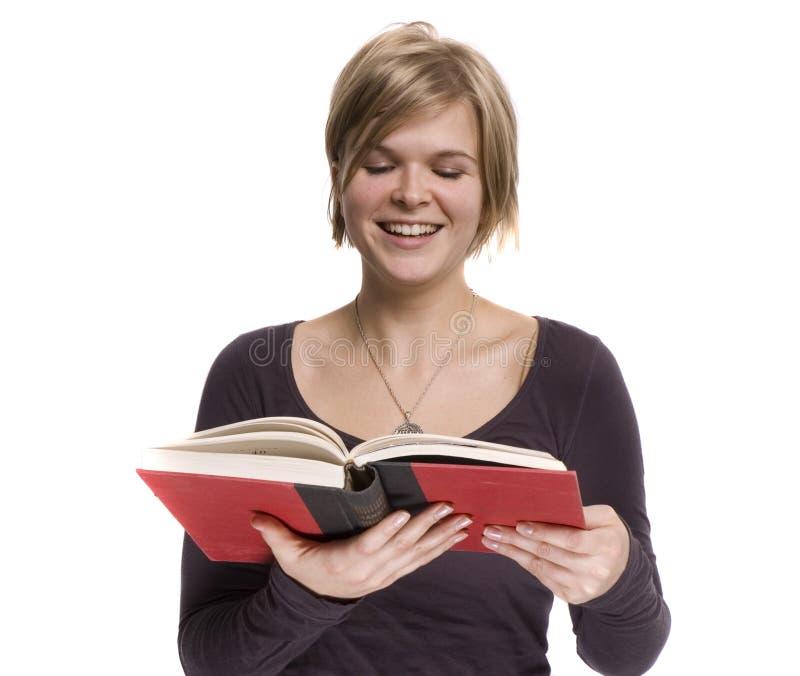 Uma menina está lendo fotos de stock royalty free