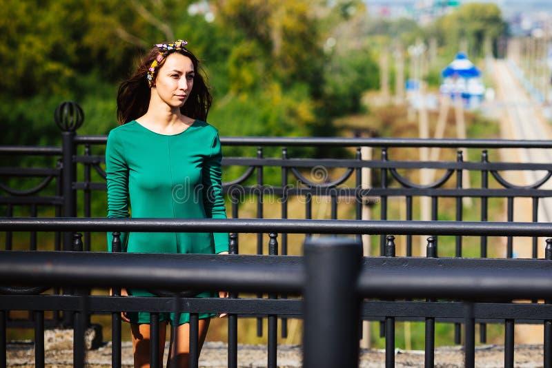 Uma menina está na ponte fotos de stock