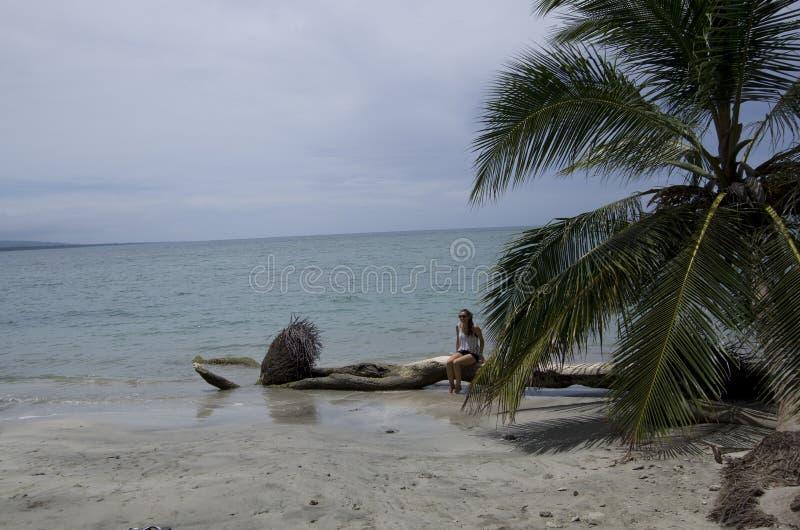 Uma menina estava afixando para uma imagem no BLANCA de Playa imagem de stock