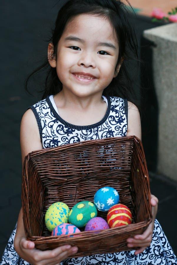 Uma menina feliz com ovos da páscoa coloridos imagem de stock royalty free