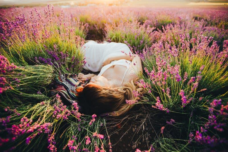 Uma menina grávida encontra-se entre a alfazema de florescência Vista superior foto de stock royalty free