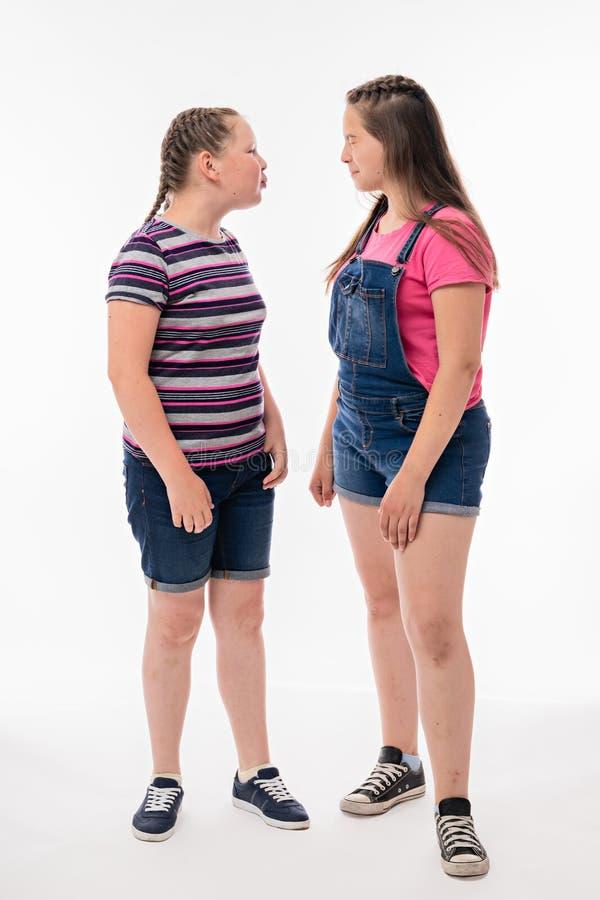 Uma menina grita na outro e cospe provavelmente na cara imagens de stock