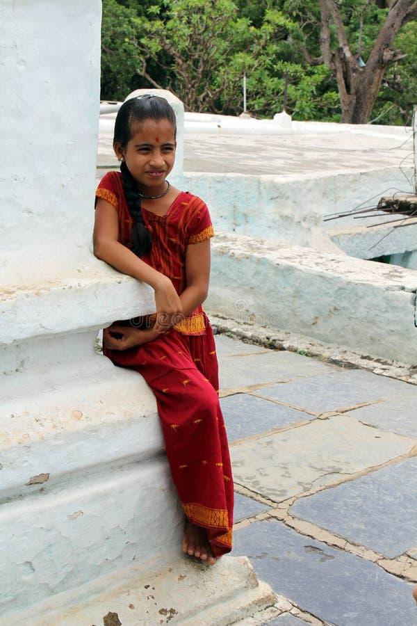 Uma menina indiana pequena com roupa tradicional em um templo em V foto de stock