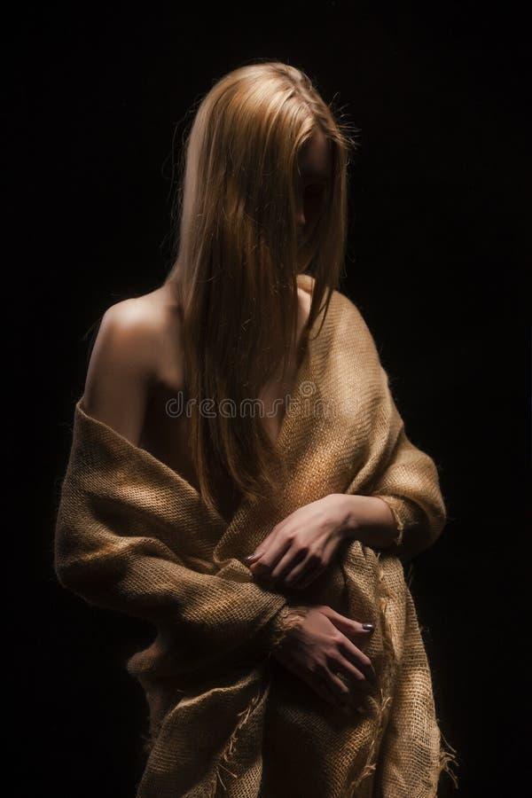 Uma menina loura despida breasted grande nova bonita, cobrindo seu n fotografia de stock