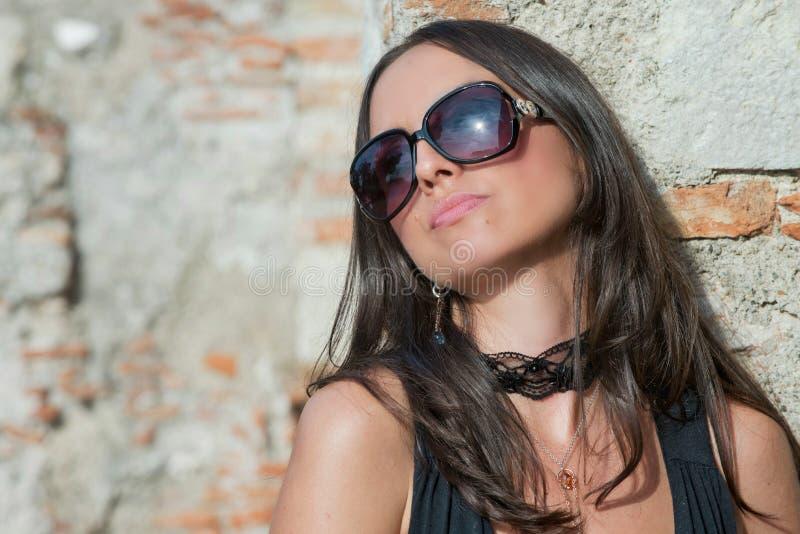 Uma menina na moda moreno fotos de stock