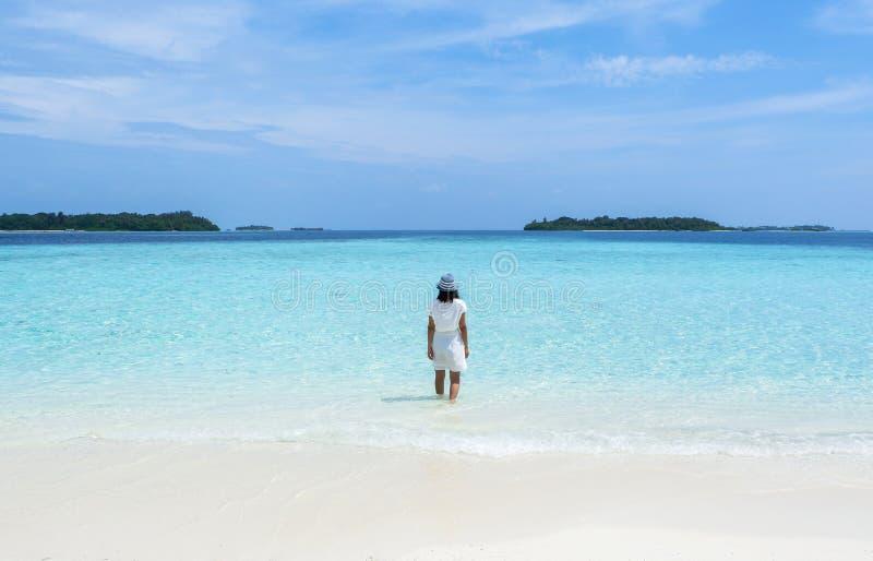 Uma menina na praia de Maldivas imagens de stock royalty free