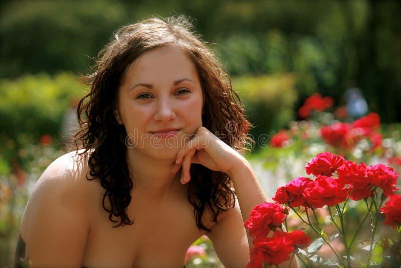 Uma menina no jardim imagem de stock royalty free