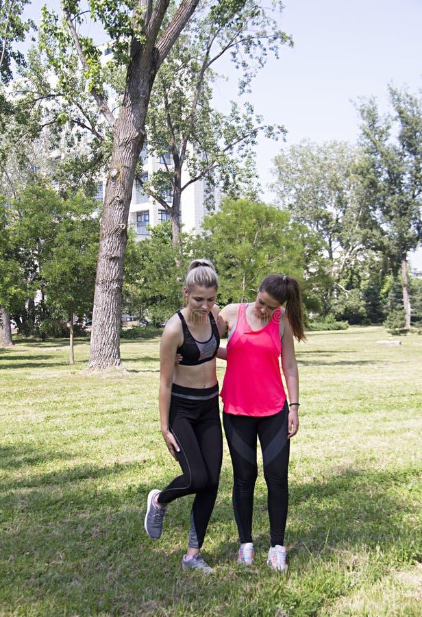 Uma menina no lado esquerdo feriu seu pé no treinamento fotos de stock royalty free