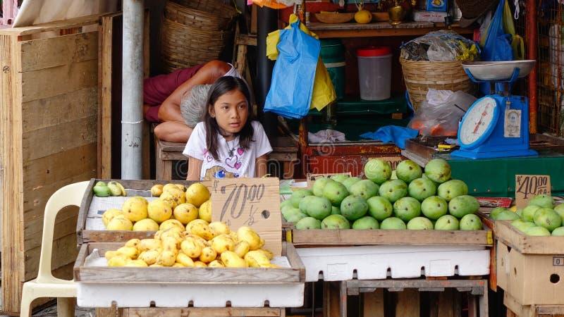 Uma menina no mercado local em Banguecoque fotografia de stock