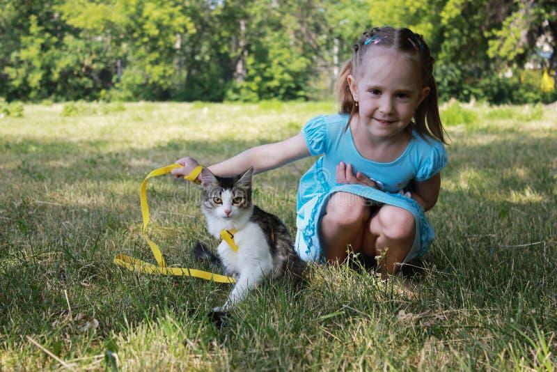 Uma menina no parque com seu gato fotografia de stock