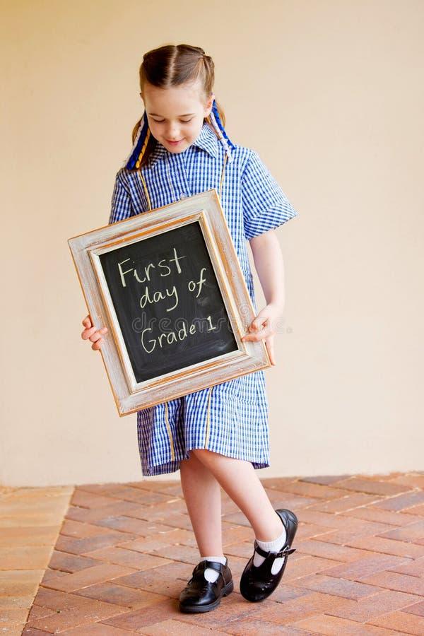 Uma menina nova da escola na primeira escola do dia livre foto de stock royalty free