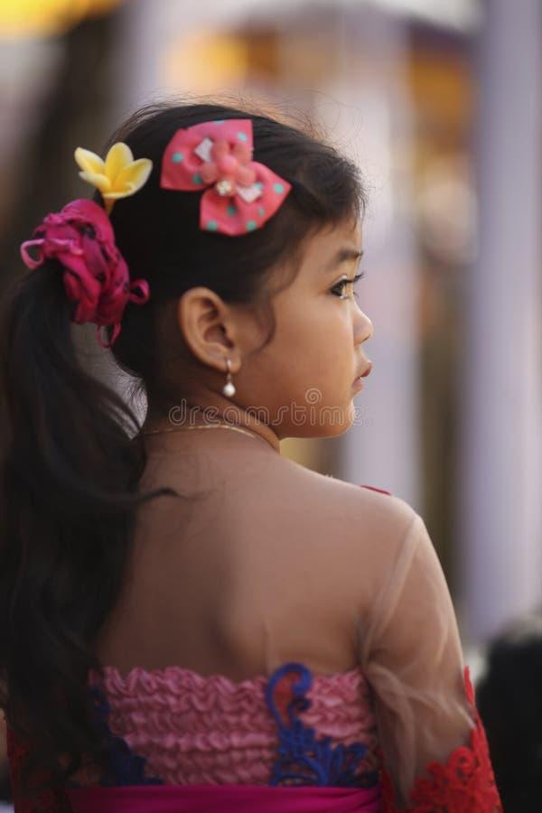 Uma menina nova do Balinese na roupa tradicional na cerimônia do templo hindu, ilha de Bali, Indonésia imagens de stock