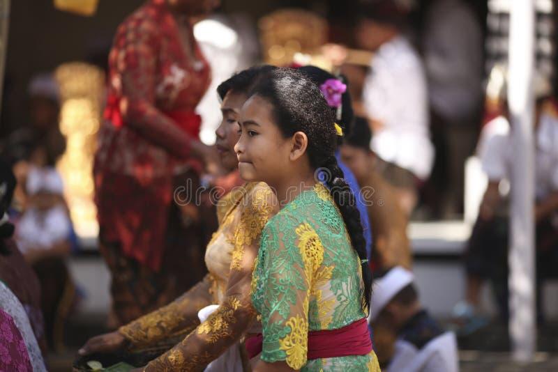 Uma menina nova do Balinese na roupa tradicional na cerimônia do templo hindu, ilha de Bali, Indonésia imagem de stock