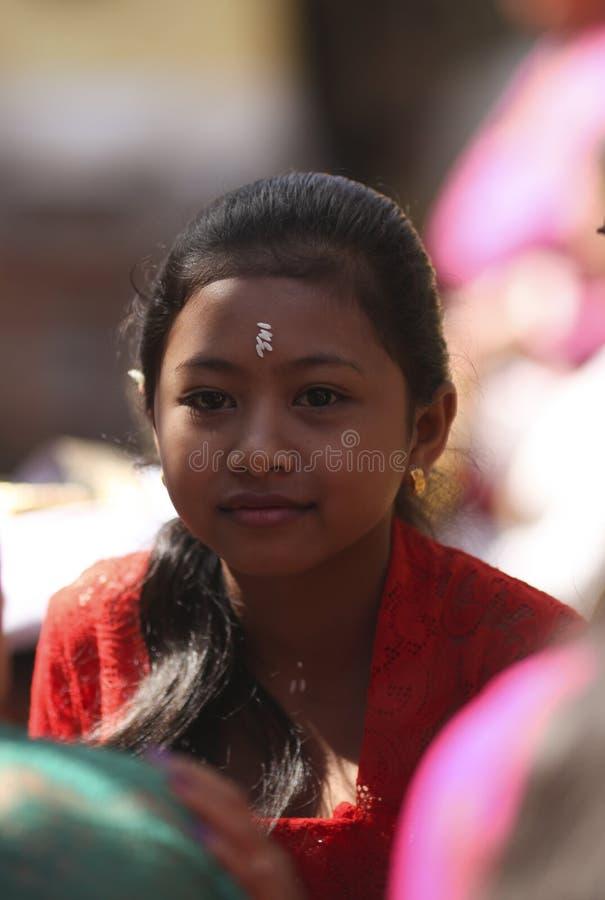 Uma menina nova do Balinese na roupa tradicional na cerimônia do templo hindu, ilha de Bali, Indonésia foto de stock royalty free