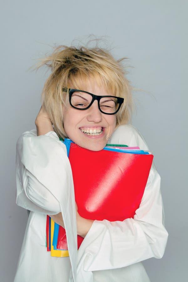 Uma menina nova do lerdo com grandes vidros imagens de stock