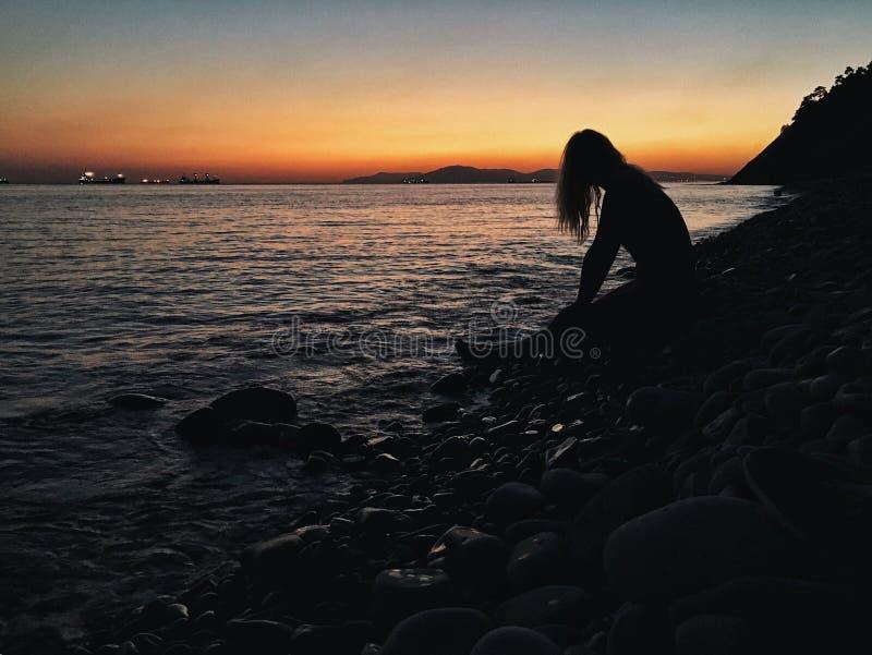 Uma menina pelo mar imagem de stock royalty free
