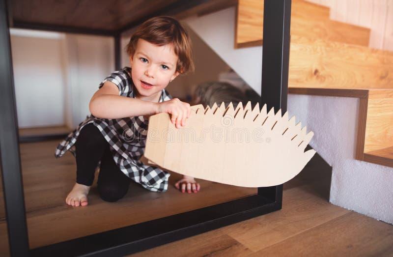 Uma menina pequena feliz que joga em casa fotografia de stock royalty free