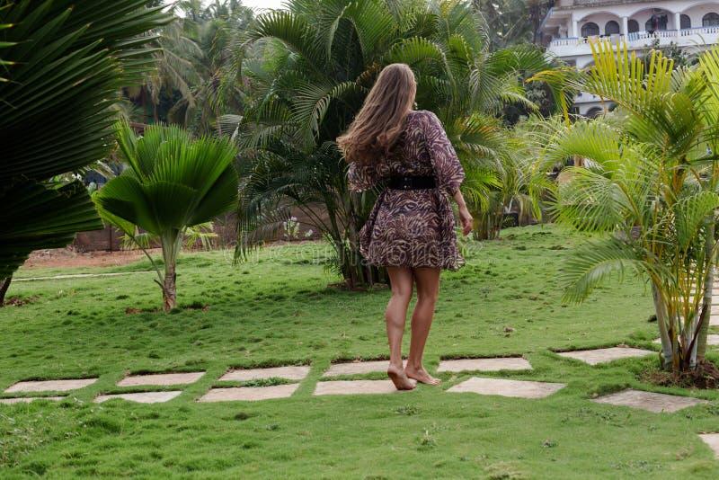 Uma menina que levanta em um recurso tropical imagem de stock