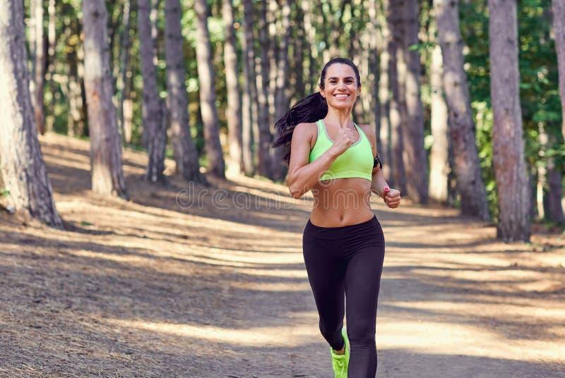 Uma menina que movimenta-se nas madeiras fora fotos de stock royalty free