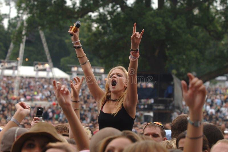 Menina do festival de música - sinal dos chifres imagens de stock royalty free