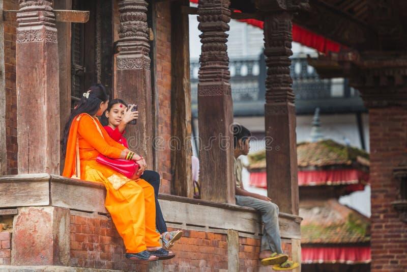 Uma menina que toma Selfie no quadrado de Kathmandu Durbar fotos de stock royalty free