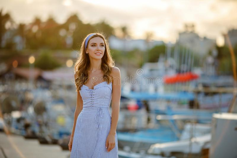 Uma menina sensual e 'sexy' muito bonita em um vestido listrado azul mim fotografia de stock royalty free