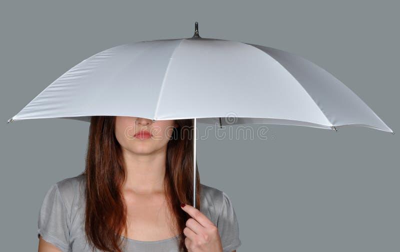 Uma menina sob o guarda-chuva   imagens de stock