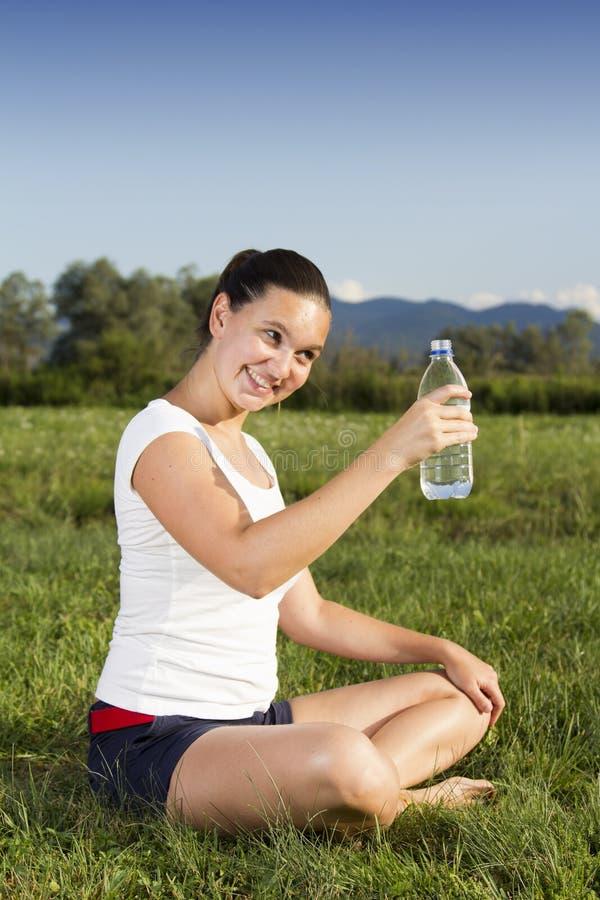 Uma menina sportive nova com um frasco fotos de stock