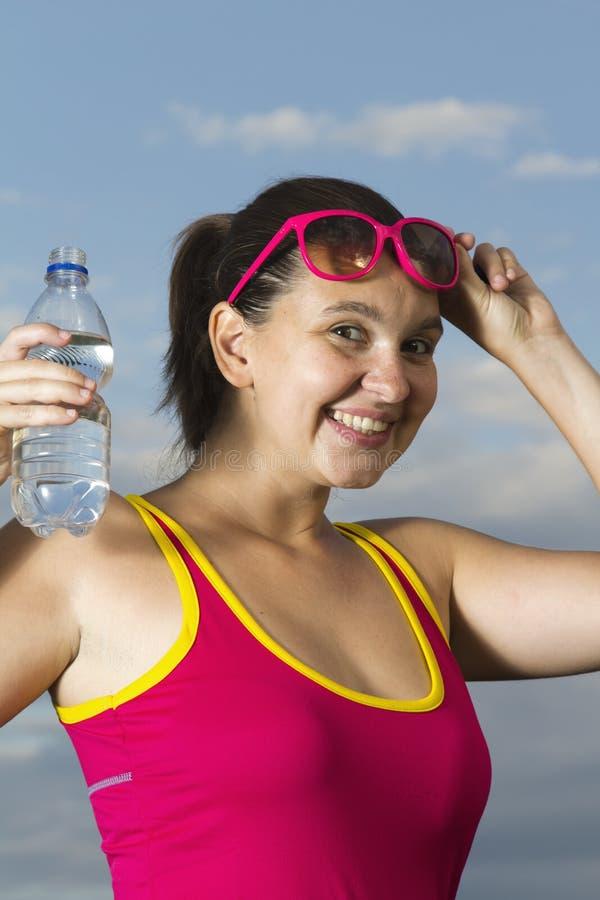 Uma menina sportive nova com um frasco imagens de stock royalty free